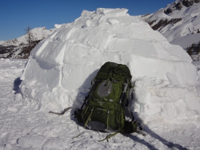 Le sac Osprey Aether 70 devant notre igloo