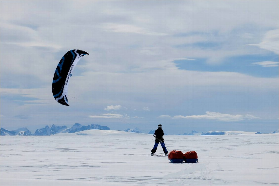Expédition Wings Over Greenland II, les fort vents catabatique soufflant sur la calotte du Groenland permettent à Mika et Cornelius d'en faire le tour à ski-pumka en se faisant tracter par des kites. Photo : Michael Charavin  latitudes-nord.fr
