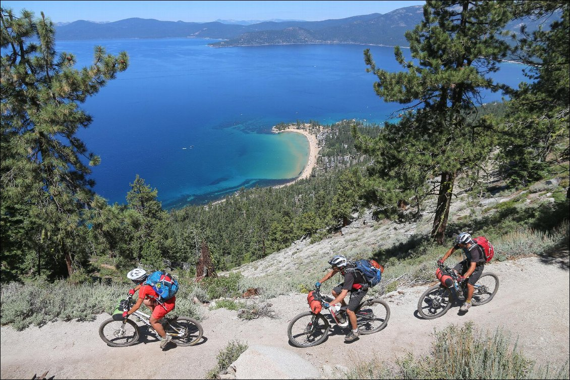 Nous contournons le lac Tahoe, plus grand lac « alpin » des États-Unis, par un sentier en balcon ludique et panoramique. So good… Trans US. Photo : Pascal Gaudin / Finn Mayhall / Jonathan Decourt