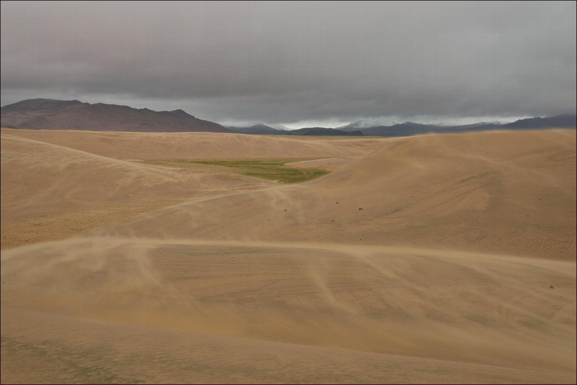 Dune de sable pendant un tour à VTT en Mongolie. Photo : Guillaume Hermant, voir son site