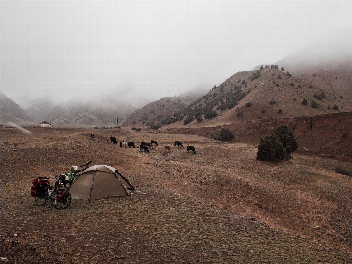 Première nuit au Kyrgyzstan et c'est la tempête ! Photo : Adam et Noémie Looker-Anselme, long voyage à vélo grimpe, voir leur site Small World on a Bike.