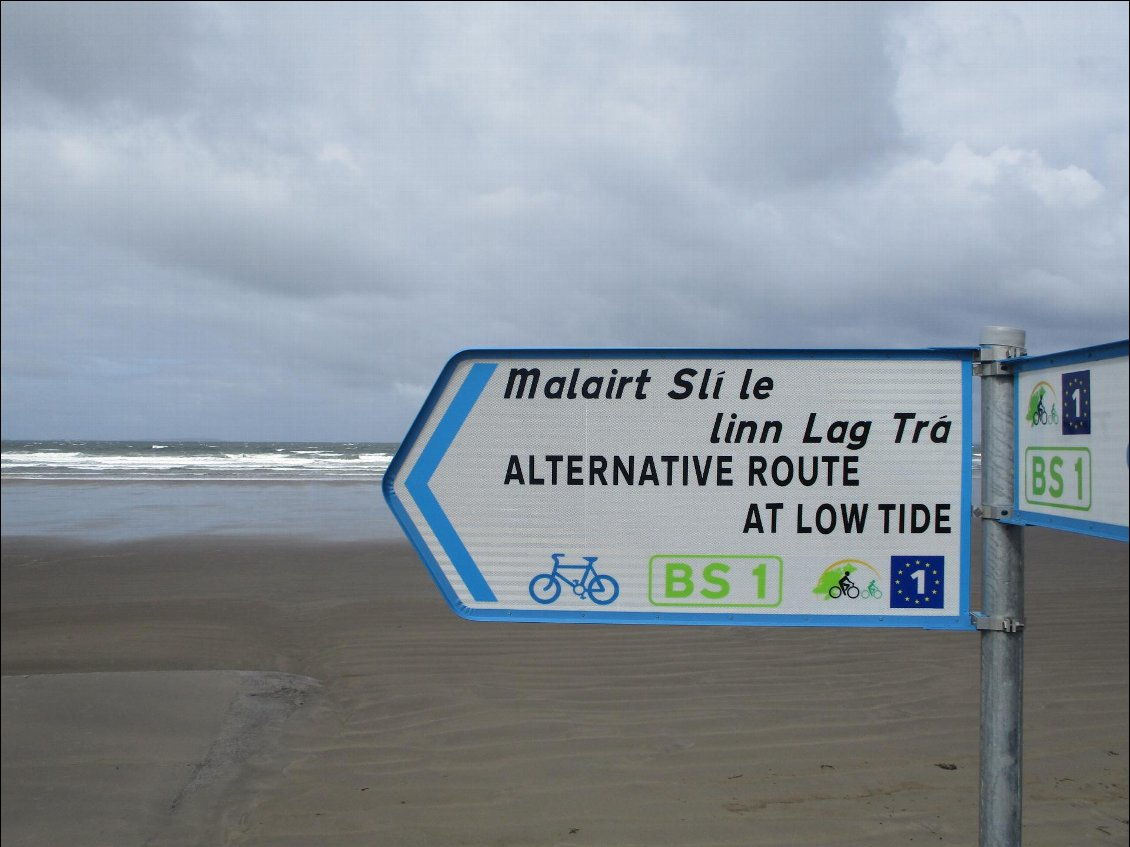L'alternative road passe par la plage. Non merci, je campe dans les dunes. It's very very windy this night.