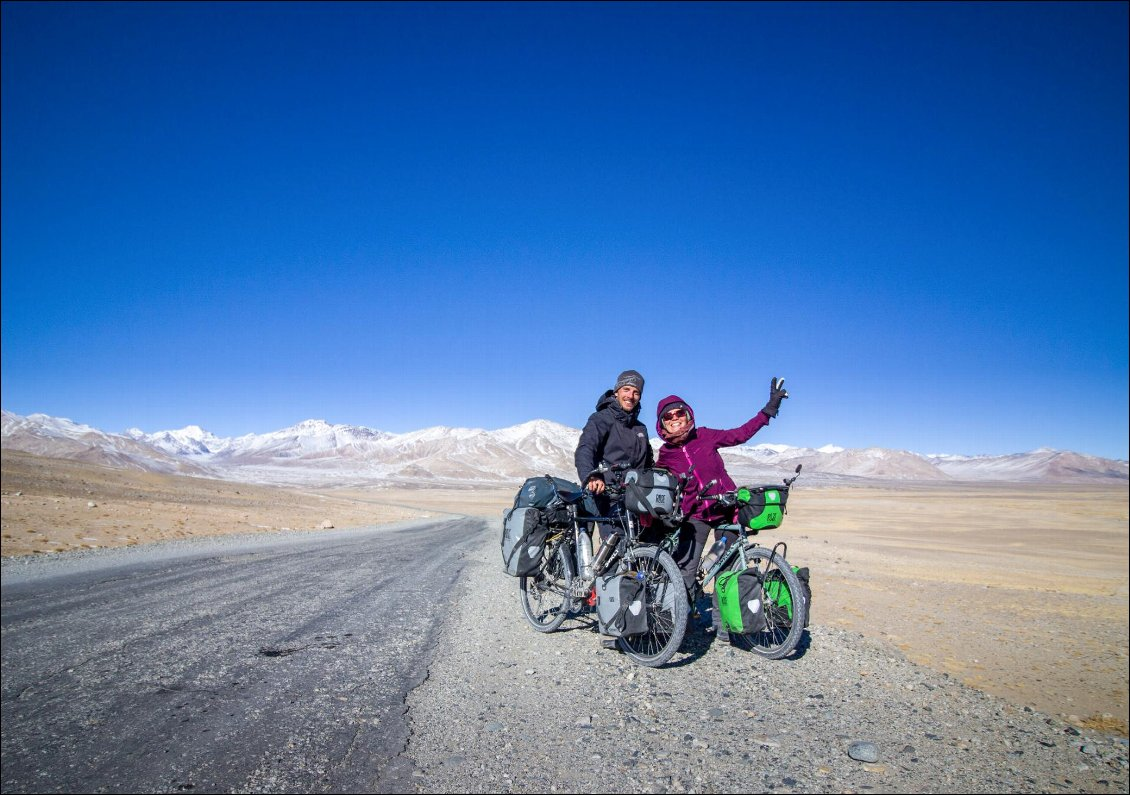 Pamir Highway M41 L'altitude, le froid et la fatigue n'entament en rien notre joie. Nous l'avions imaginé, rêvé, et il est là sous nos pieds : le plateau pamiri, the roof of the world. The Great Bike Adventure, tour du monde à vélo en couple Photo : Rémi Baccout et Charlotte Broutin